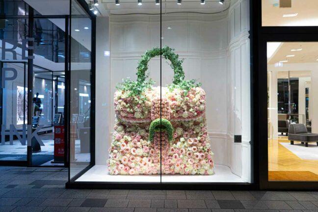 約1,000本の花々で作り上げたDelvauxを代表するバッグ「Brillantブリヨン」のウィンドウディスプレイ